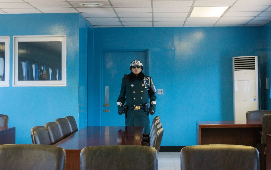 standing_guard_n_korea